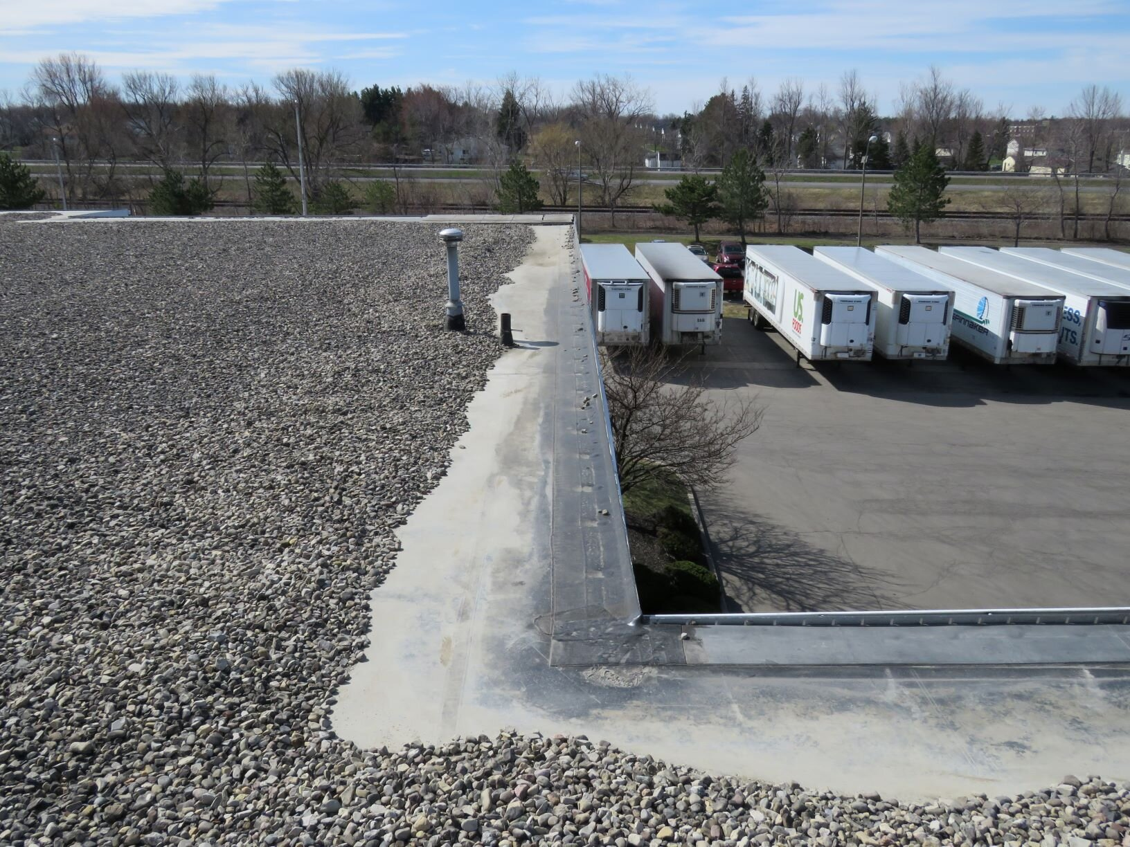 Ballasted EPDM roof. The stone ballast has shifted away from the perimeter due to wind agitation of the membrane.